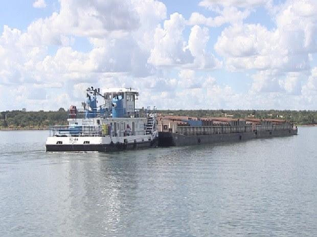 Barcaça passa pelo rio Tietê: situação complicada por causa da estiagem (Foto: Reprodução/TV TEM)