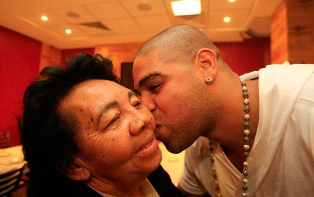 adriano aniversário avó (Foto: Marcelo de Jesus/Globoesporte.com)