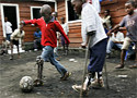 Polio Varios niños con polio juegan al fútbol en Goma, al este del Congo (Finbarr O'Reilly)