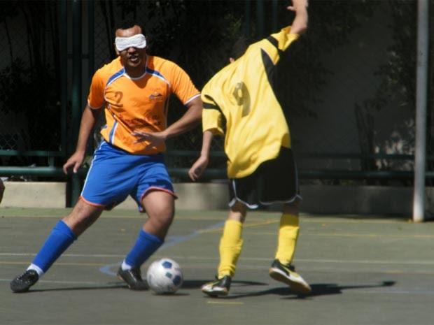 Participantes jogam futebol no Sesc de Campinas (Foto: Carol Margiotte/SESC Campinas)