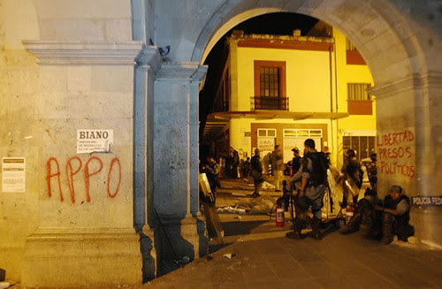 Mark in Mexico, http://markinmexico.blogspot.com/, Pale Horse Galleries for gifts, collectibles, art and crafts, http://palehorsemex.vstore.ca/, Oaxaca, Mexico: Federal forces in the Zócalo after APPO occupiers abandoned it following a 15 minute standoff.