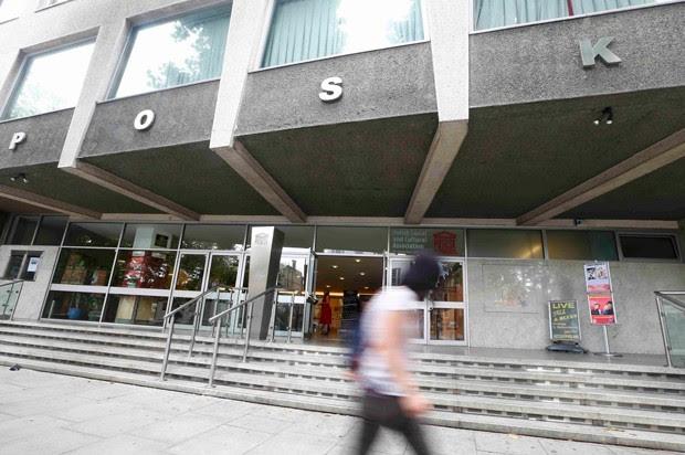 Porta do Centro Cultural Polonês de Londres, fundado em 1964 no bairro de Hammersmith, foi alvo de pichações ofensivas (Foto: Neil Hall/Reuters)