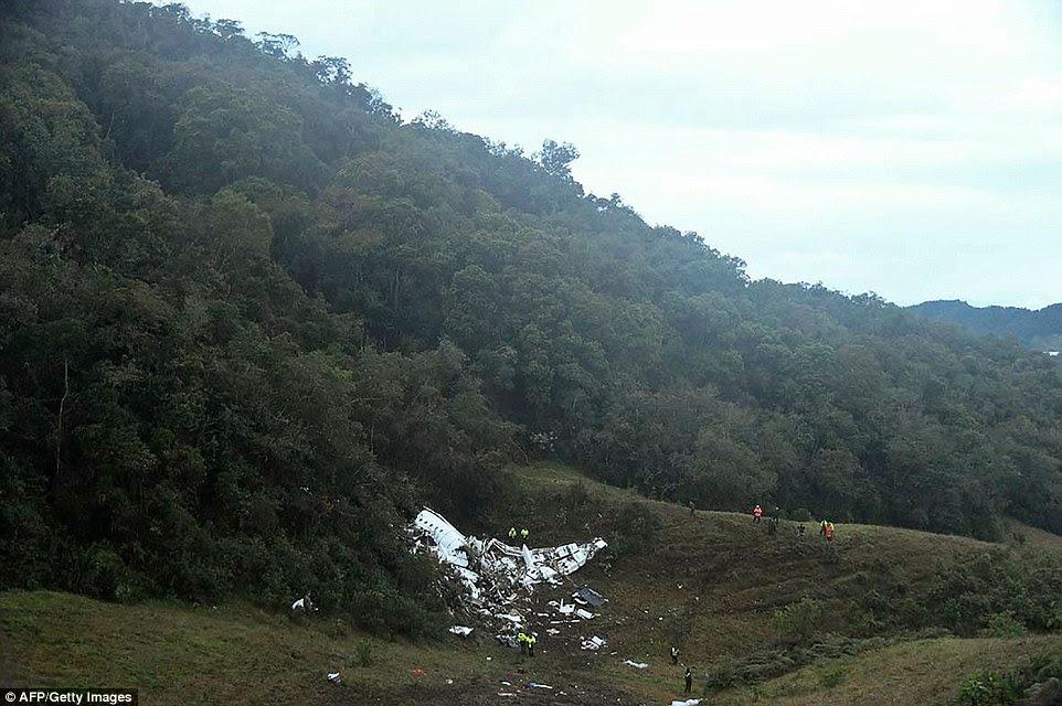 local Bater: Fotos mostram como o avião bateu na encosta de uma montanha depois descendo perto da cidade de La Union