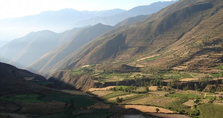Valle Nepeña, Perú. Karecoto es el gran montículo visible en el centro de la foto.