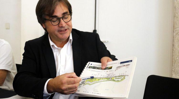 El director general d'Ordenació del Territori i Urbanisme, Agustí Serra, amb el mapa del projecte del Bulli. ACN