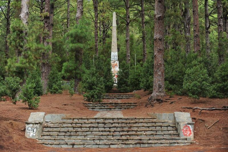 El lugar que recuerda el levantamiento militar de 1936 en el monte de Las Raíces se encuentra lleno de pintadas. / F. PALLERO