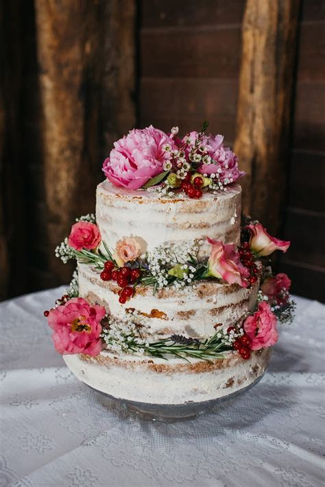 12 Pretty wedding cakes with peony & floral decorations