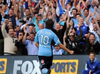 Del Piero comemora com a torcida do Sydney FC seu primeiro gol pelo clube