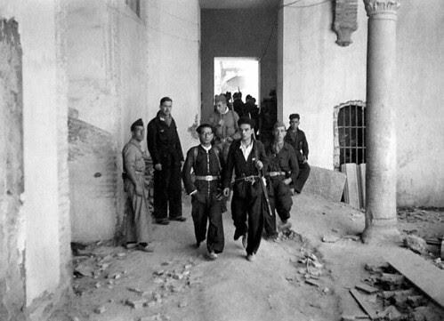 Milicianos en el Convento de Santa Fe de Toledo. Foto Vincent Doherty