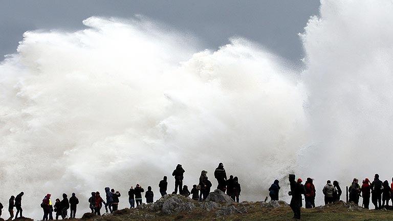 Una profunda borrasca de viento, nevadas y fuerte oleaje mantiene en alerta a 40 provincias