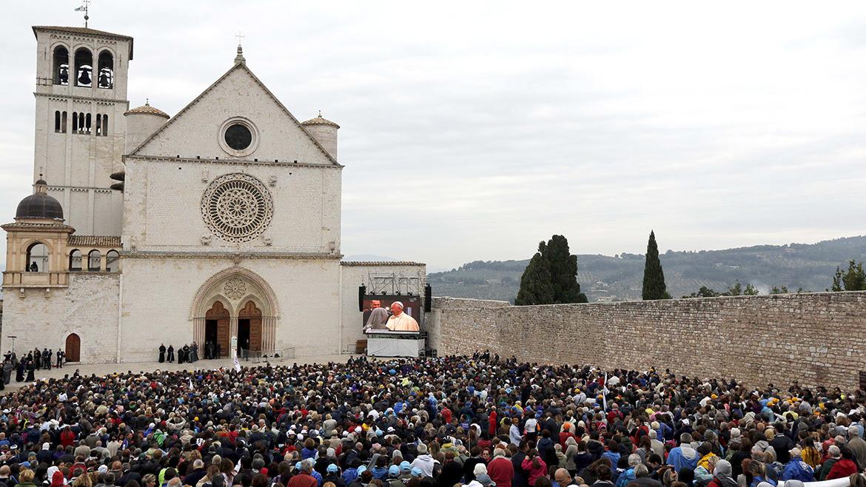 Una pantalla se muestran imágenes de Papa Francis dentro basílica San Francisco de Asís.