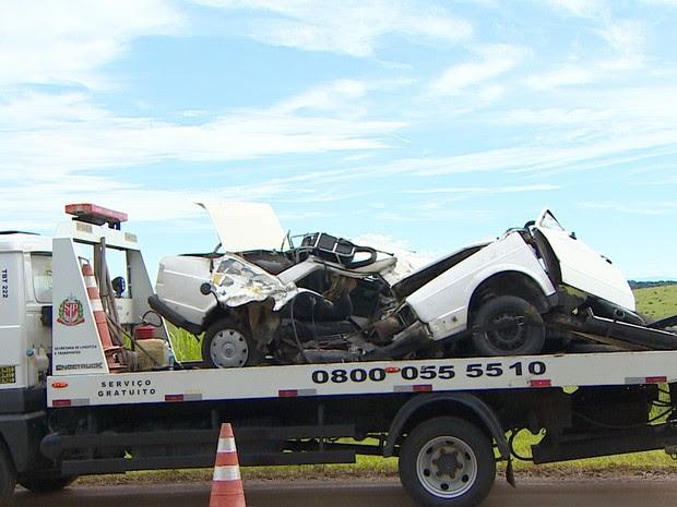 Veículo Voyage envolvido em acidente no km 31 da Rodovia Oswaldo Cruz (SP-125), neste domingo (11). (Foto: Wanderson Borges/TV Vanguarda)