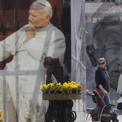 Cracovia. Una gigantografia di papa Wojtyla