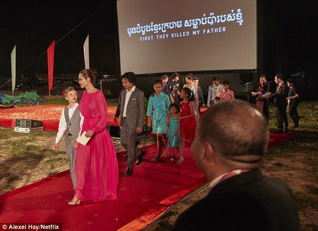 Um caso de família: Angelina foi acompanhada pela filha Shiloh na estréia cambojana de seu filme First They Killed My Father