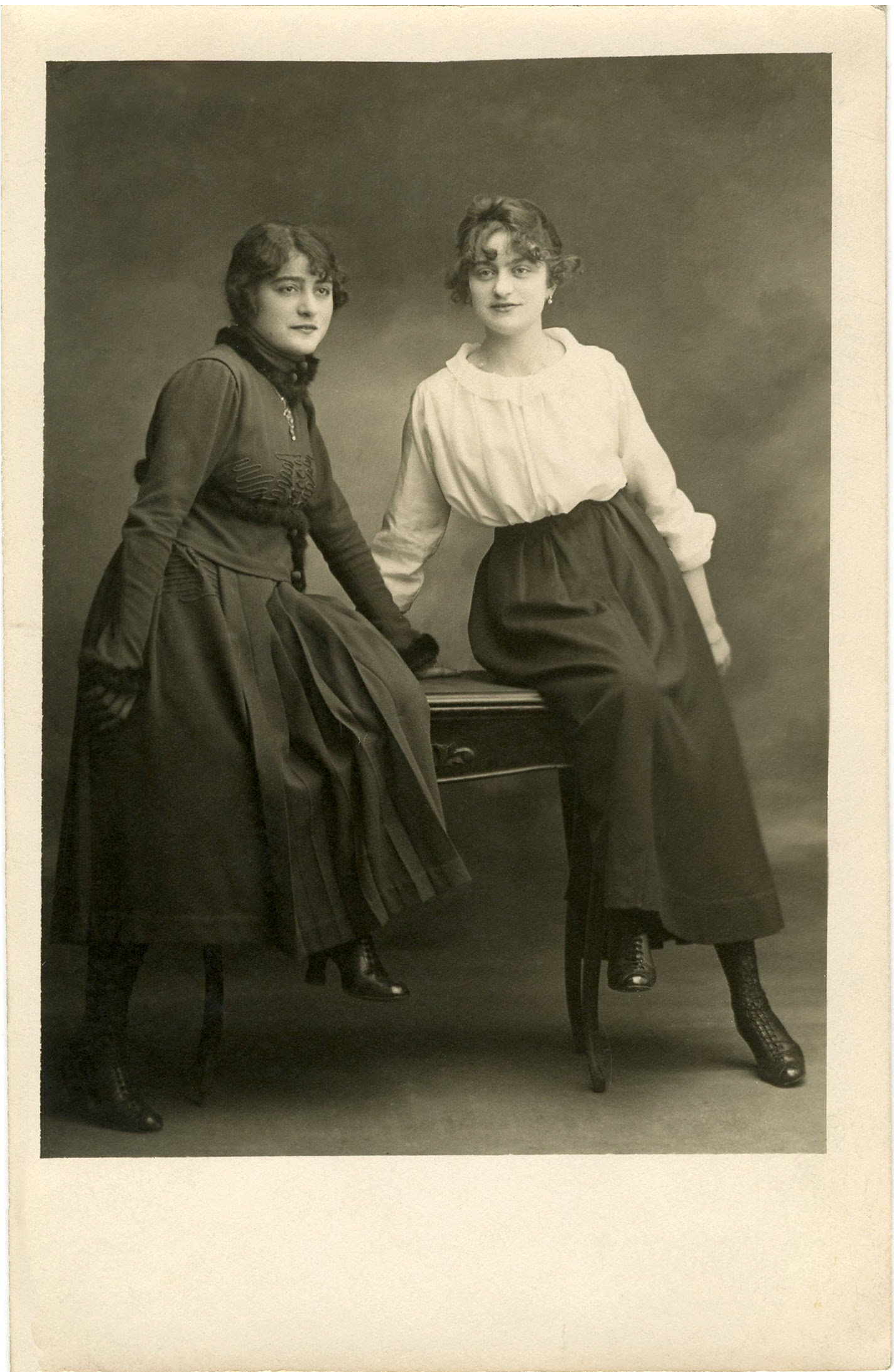 http://thegraphicsfairy.com/wp-content/uploads/2013/08/Old-Photograph-Sisters-GraphicsFairy.jpg