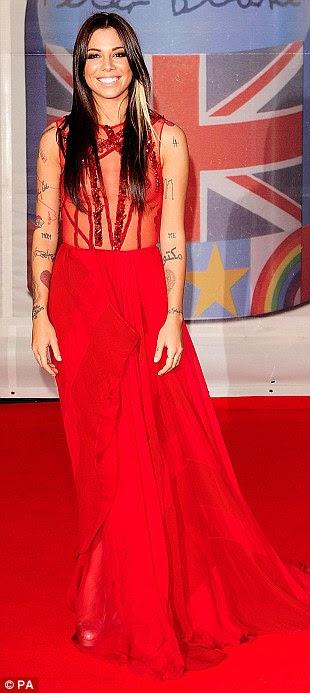 Estilos diferentes: Caroline Flack desenvolvidos por seus calções habituais e de combinação blazer no tapete vermelho, enquanto a cantora Christina Perri mostrou sua disposição de tatuagens neste vestido vermelho puro