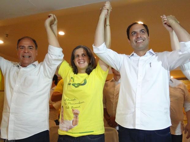 Viúva de Campos posa para foto ao lado de Fernando Bezerra Coelho, senador eleitor por Pernambuco, e de Paulo Câmara (Foto: Luna Markman/G1)