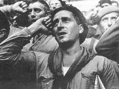 Un miliciano canta 'La Internacional'