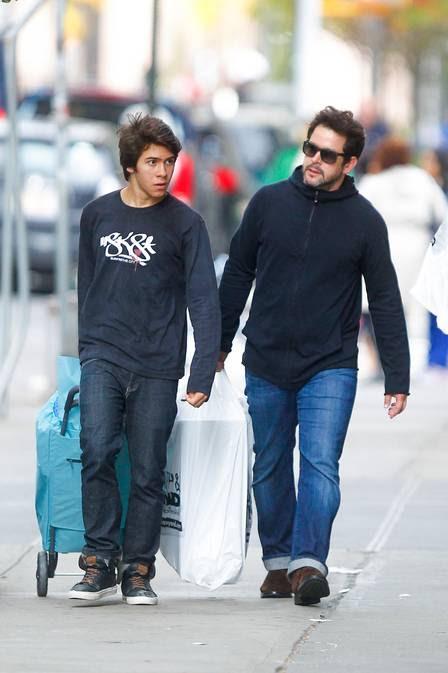 Antônio carrega as compras com o pai