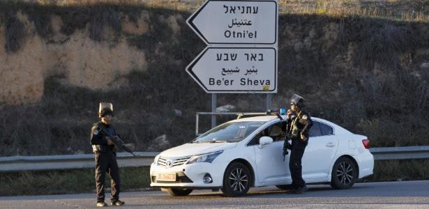 Policiais fazem guarda próximo a local onde ataque palestino matou pai e filho, próximo ao assentamento judaico de Otniel