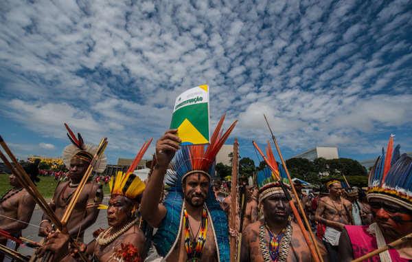 Manifestantes indígenas en Brasilia, Brasil.