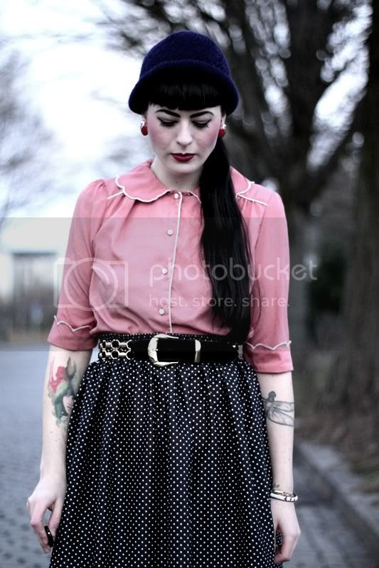dunkelblaue beanie, rosa bluse vintagestil primark, gürtel, punkte-rock, tattoos, red lips