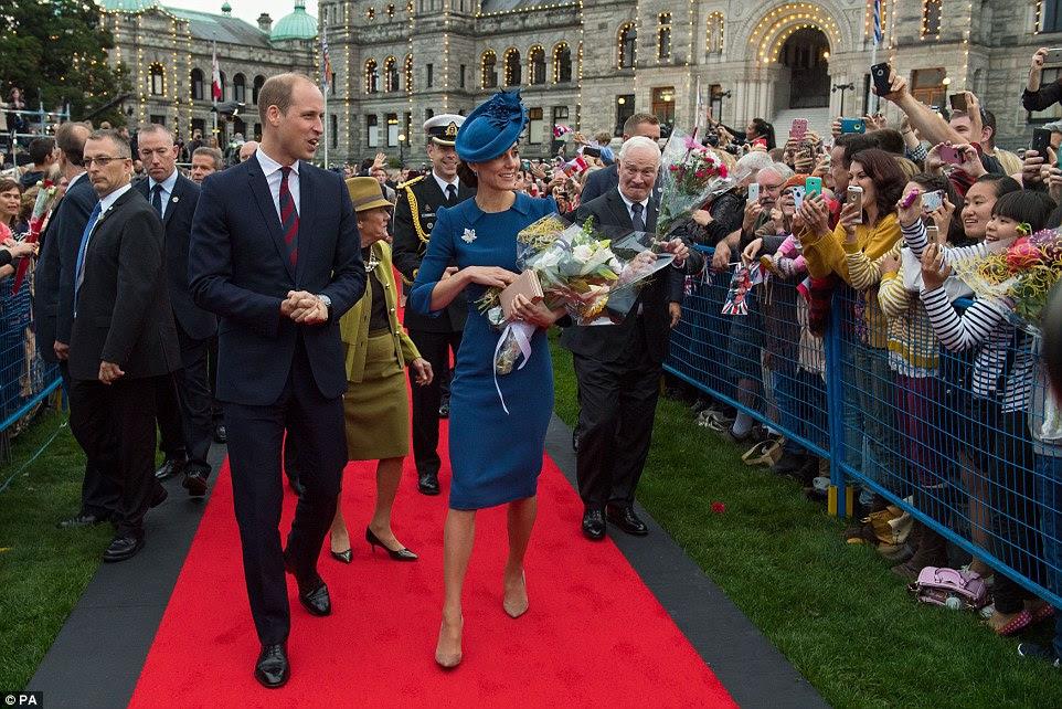 No Parlamento British Columbia, no centro de Victoria, o casal foram recebidos por milhares de torcer bem intencionados e uma série de dignitários