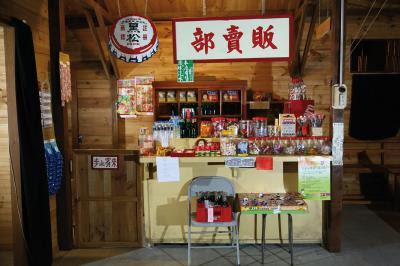 萬國戲院一角的販賣部,擺滿零嘴、 彈珠汽水,充滿古早味。