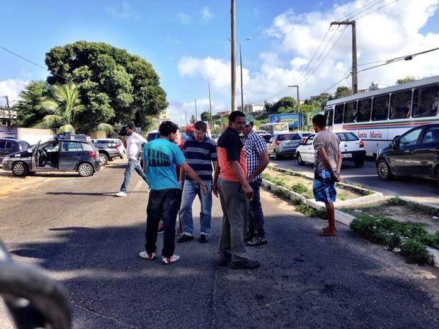 Presos algemados ficaram no meio da rua durante protesto de policiais civis em Natal (Foto: Matheus Magalhães/Inter TV Cabugi)