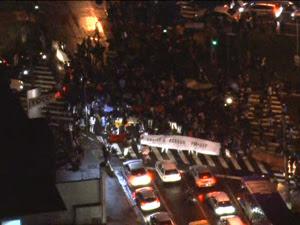 Alunos chegaram a fechar rua (Foto: Reprodução/TV Globo)