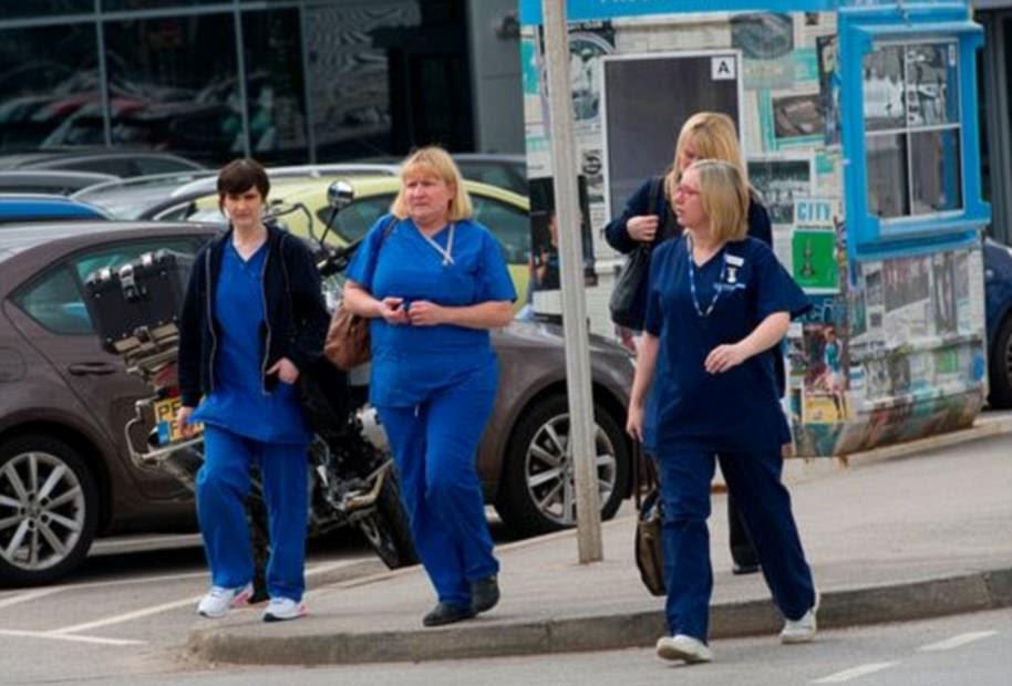 Enfermeiras do SNS chegaram ao estádio esta tarde para cuidar de testemunhas e famílias presas no horrível ataque suicida