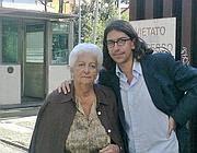 L'uomo con la madre davanti al tribunale