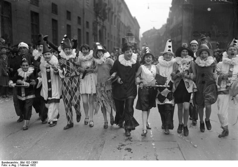 File:Bundesarchiv Bild 102-13061, Faschingsgesellschaft.jpg