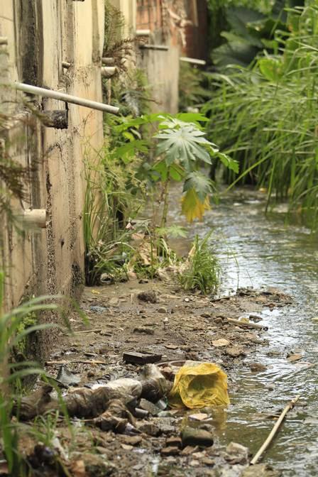 Esgoto é despejado em canal no Mutuá