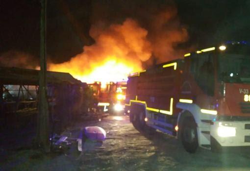 Aparatoso incendio sin controlar junto al aeropuerto de Alicante-Elche