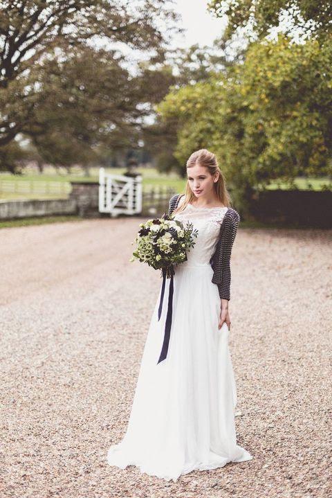 einem gedruckten schwarzen und weißen Strickjacke wird eine schöne Passform für eine schwarze und weiße Hochzeit
