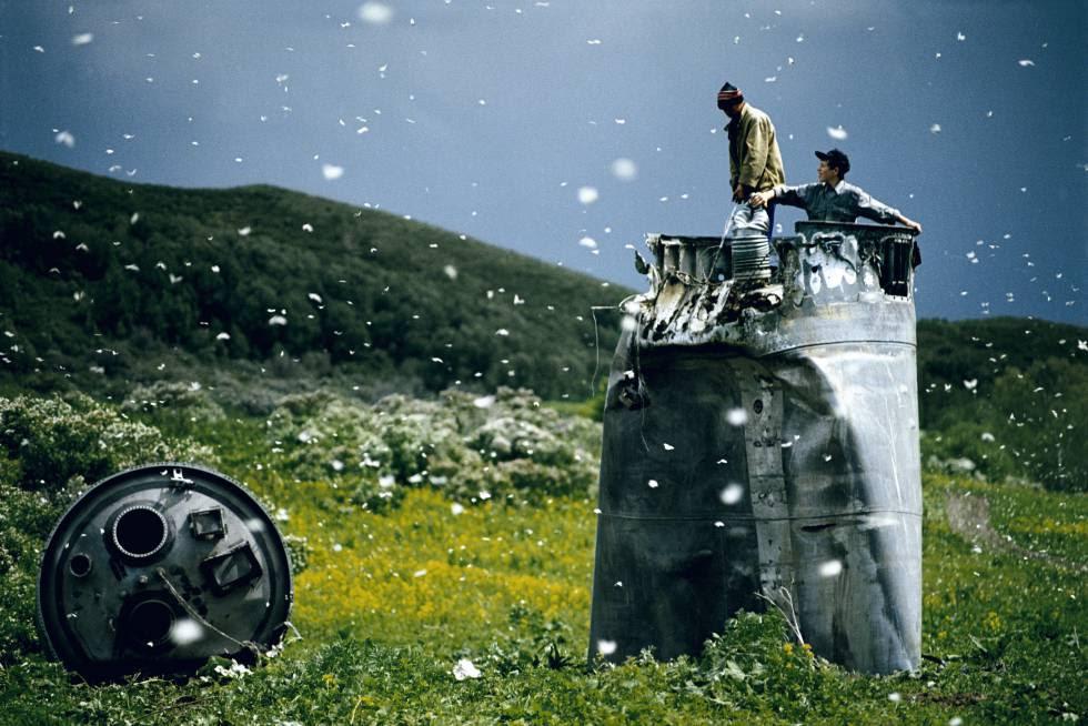 Lugareños recogiendo restos de un cohete espacial rodeados de mariposas. República de Altái, Rusia, 2000.