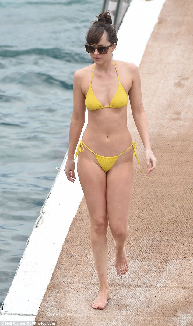 Adorável em limão!  Dakota Johnson exibia sua figura fabulosa mais uma vez como ela gostava de um mergulho no mar no meio de filmagem para sequela do filme, Fifty Shades Darker, na terça-feira