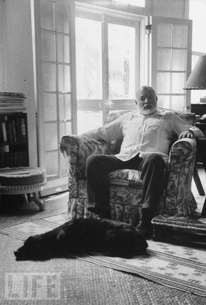 Ernest Hemingway és kutyája, dátum, fotós és kutya neve ismeretlen.  Mindig azt hittem, hogy egy macska ember.