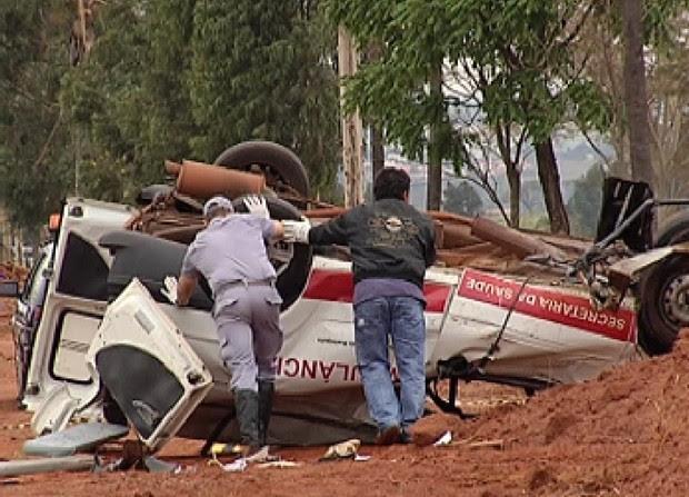 Ambulância capotou e ficou totalmente destruída (Foto: Reprodução / TV Tem)