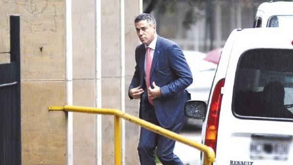 A cargo. Daniel Rafecas, ingresando anteayer a los tribunales de la avenida Comodoro Py. Heredó de Bonadio la causa Hotesur. / pedro l. fernandez.