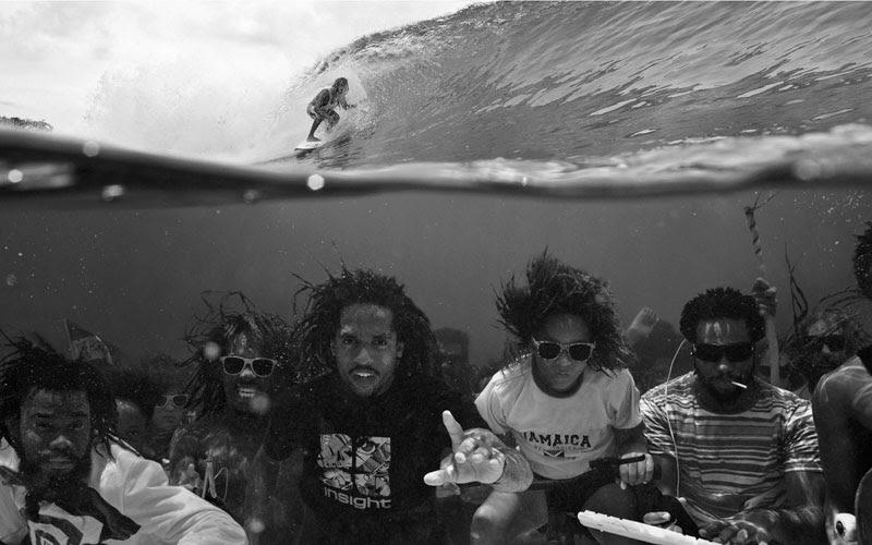 υποβρύχια φωτογραφία της ομάδας σέρφινγκ πάνω τέλειο συγχρονισμό