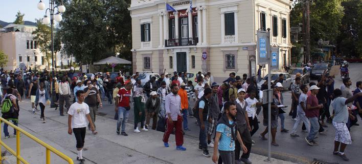 (Πορεία διαμαρτυρίας πραγματοποίησαν πρόσφυγες έξω απο το Δημαρχείο. Φωτογραφία: Στρατής Μπαλάσκας/ΑΠΕ)