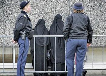 http://www.hespress.com/_img/niqabmoro02.jpg