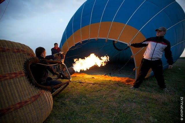 Несколько минут до взлета. Пилот занимает позицию между корзиной и горелкой, в определенный момент помощники...