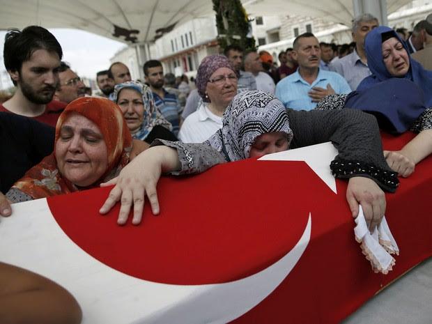 Parentes enterram vítima morta em tentativa de golpe militar na Turquia (Foto: Alkis Konstantinidis/ Reuters)