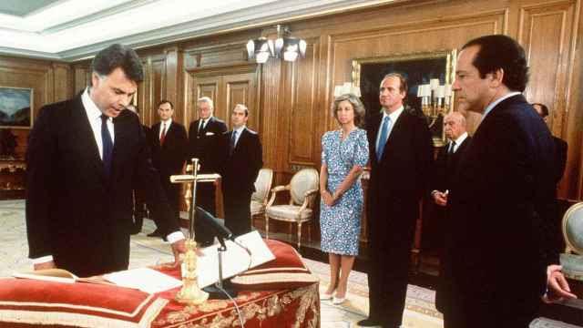 Felipe González jura el cargo de presidente del Gobierno en 1986.