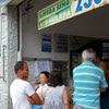 Apostadores fazem fila na lotérica da Vila Santa Clara, zona leste, para a Mega-Sena da Virada