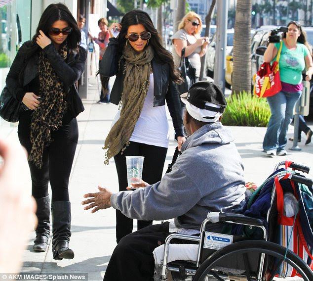 Sem tempo para parar: Kim e sua amiga marcharam em linha reta passado o homem perguntando se poderia poupar alguma mudança