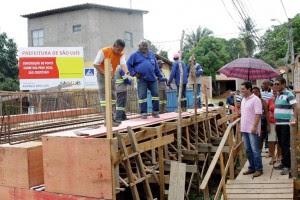 Ponte do Baixão deve ficar pronta em 15 dias, melhorando o acesso para a comunidade.